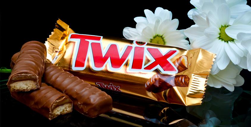 """Цветочная коробка со сладостями (Snickers, Mars, Bounty, Twix) общей стоимостью 2000 руб. от цветочной лавки """"Лавандыш"""""""
