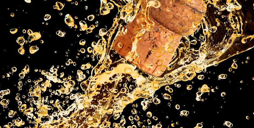 Бутылка игристого напитка, бокалы и сертификаты 4500 руб. на услуги ателье Podium