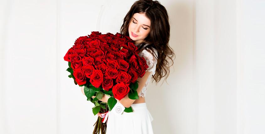 """Букет из 51 розы 1785 руб. и сертификат 1000 руб. в ресторан от салона цветов """"Семицветик"""""""