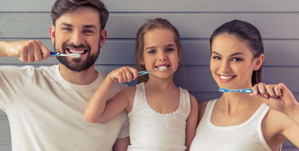 Зубная щетка и паста, сертификаты 14000 руб. на услуги студии Екатерины Хомич