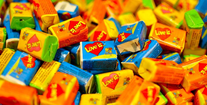 Коробка жвачки Love is + букет из живых цветов в коробке от цветочного магазина RoseMix