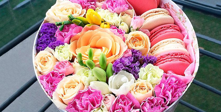 """Шляпная коробка 2000 руб. и букеты от цветочной лавки """"Лавандыш"""""""