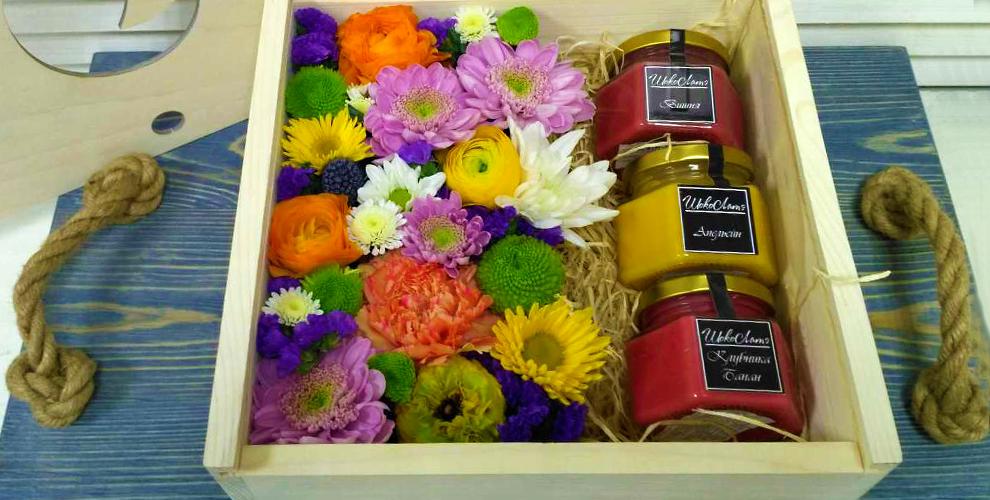 """Ящик с цветами и баночками крем-меда 2000 руб. от цветочной лавки """"Лавандыш"""""""