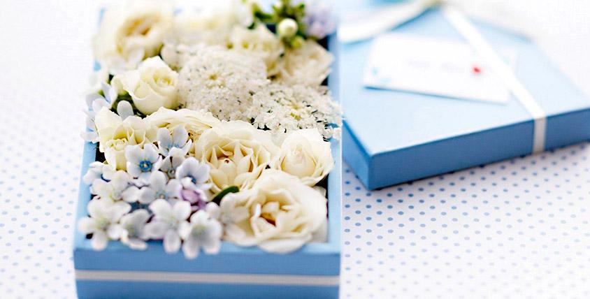 Игристый напиток + букет из цветов в коробке от лаборатории свадебного декора MoroSHka