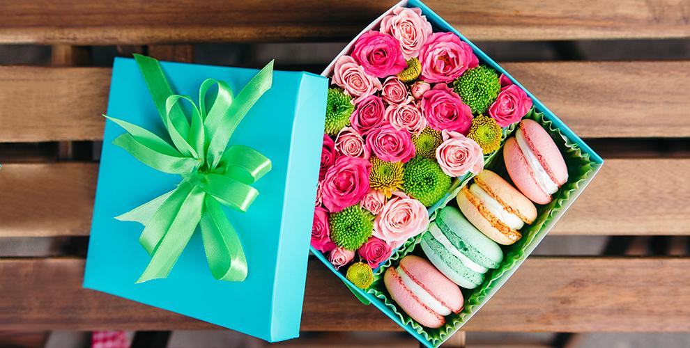 Коробка с цветами и макарунами + бутылка игристого напитка от компании FlowerBox