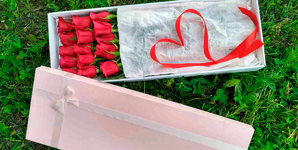 """Бутылка игристого напитка + коробка Pandora c розами от цветочной лавки """"Лавандыш"""""""