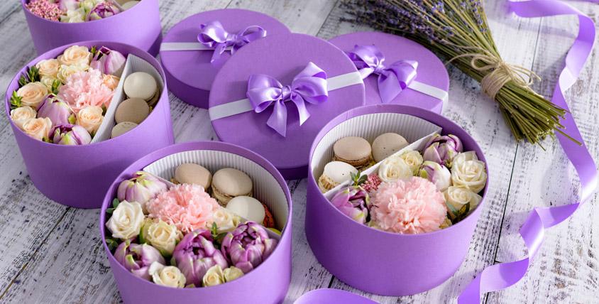 Коробка с цветами и макарунами 1500 руб. от компании FlowerBox