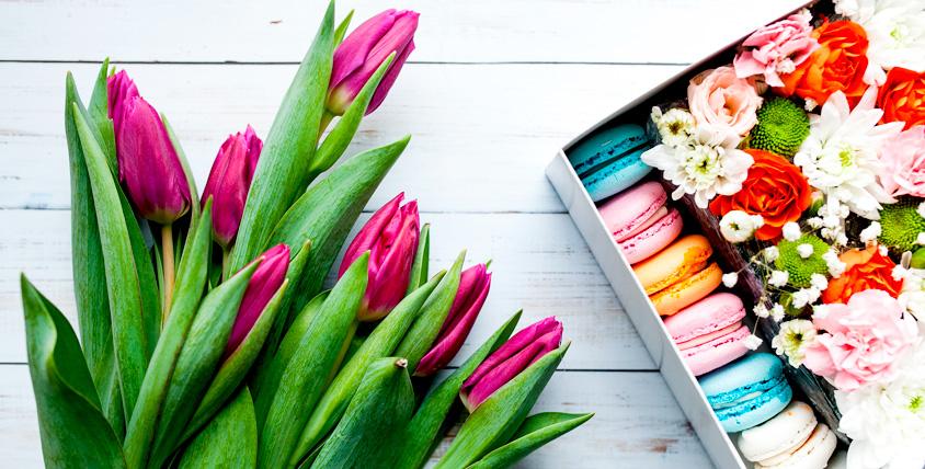Коробочка с тюльпанами и макарунами + сертификаты 4500 руб. в студию LaBuke