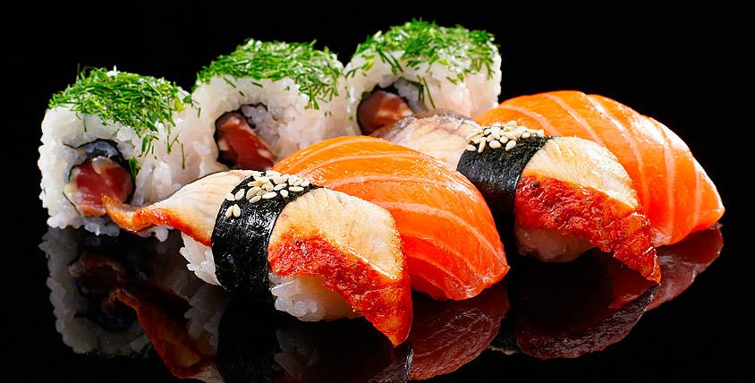 Наборы суши и роллов общей стоимостью 4698 руб. от службы доставки Sushi-party.ru