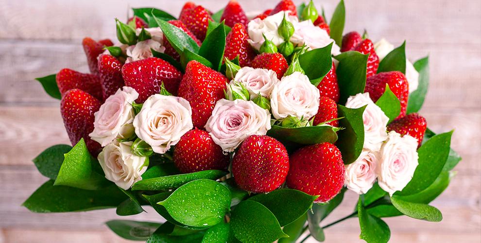 Разнообразные цветы, букеты изрозиклубники всалоне «Цветочная Галерея»