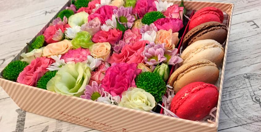 Цветы со сладостями в коробке от компании Msk-flowers