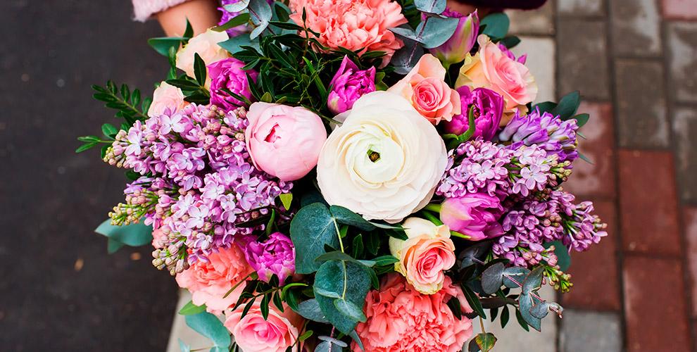 Гвоздики, тюльпаны, розы, хризантемы и другие цветы в салоне «Цветик-семицветик»