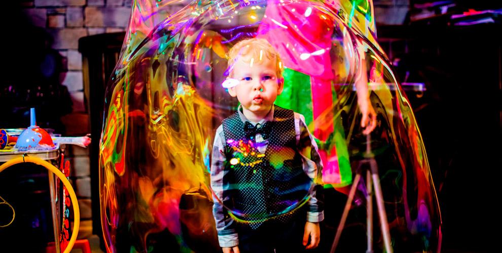 Выездное шоугигантских мыльных пузырей длядетей откомпании «Путешествие всказку»