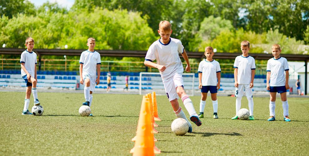 Занятия футболом длядетей вшколе «Галактика»