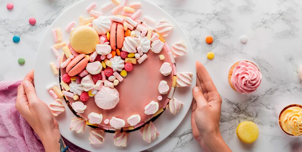 «Формула успеха»: мастер-классы поизготовлению торта, елочных шаров иподвесок
