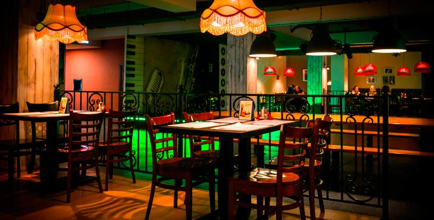 """Придя в кафе-бар """"СовПивГаз"""" однажды, вы поймете - место встречи с друзьями изменить нельзя! Все меню и напитки за полцены"""