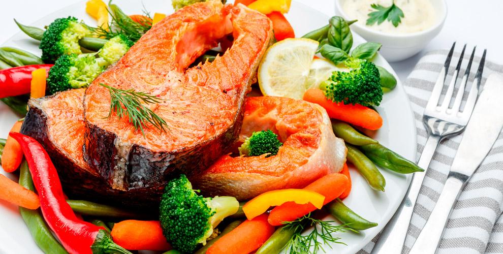 Салаты, стейки, рыбные и другие блюда в кафе-баре «Шоколад»
