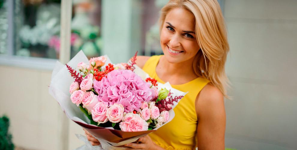 Розы, хризантемы, альстромерии ибукеты всалоне цветов Beauty Flowers