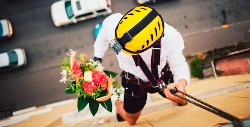 """Доставка подарка альпинистом в окно и поздравление от компании """"Оникс"""""""