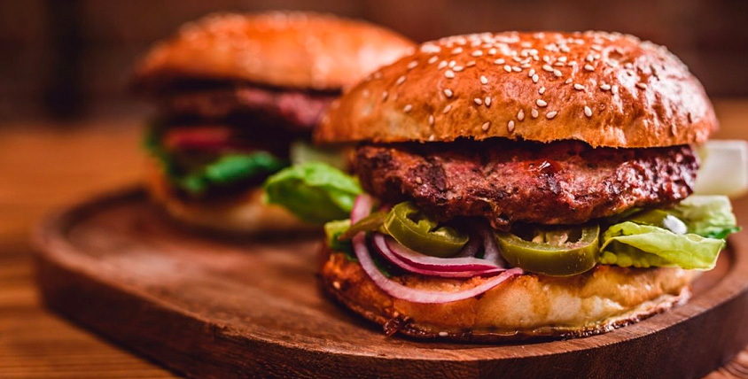 Гамбургеры, картофель фри, десерты и напитки в бургерной Chaplin