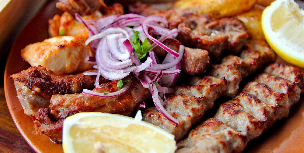 Люля-кебаб, картофель фри,шашлык, клюквенный морс вкафе «Мангал»