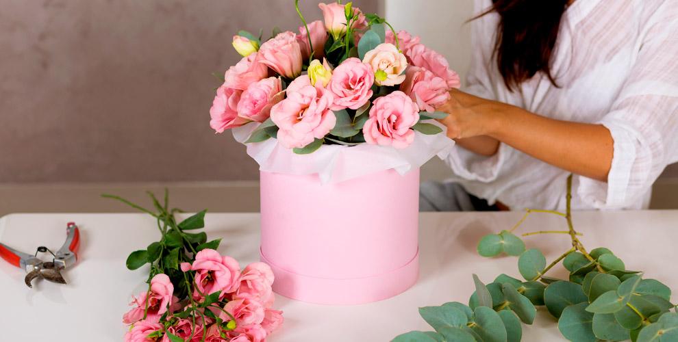 Разнообразные композиции в коробках и цветы от салона Flora Holland