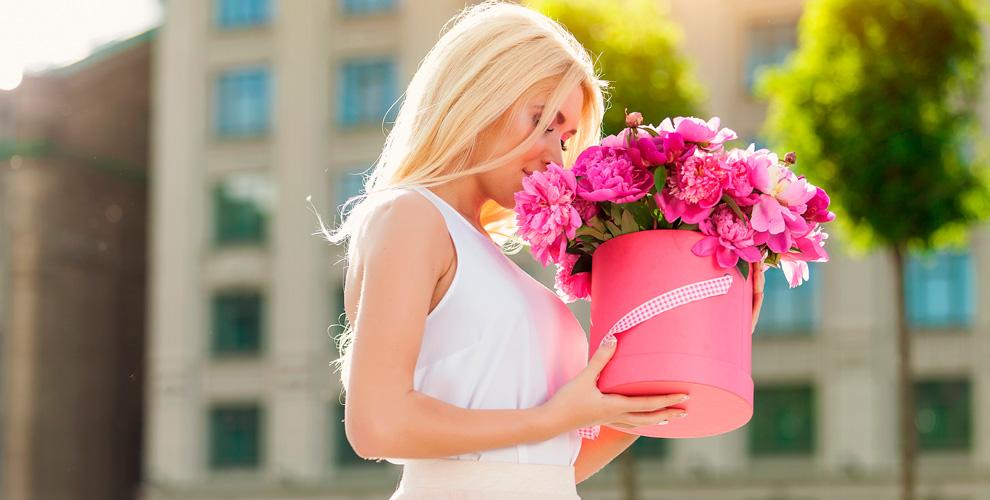 Цветы, букеты, композиции вящиках ишляпных коробках отсалона AmiFlowers