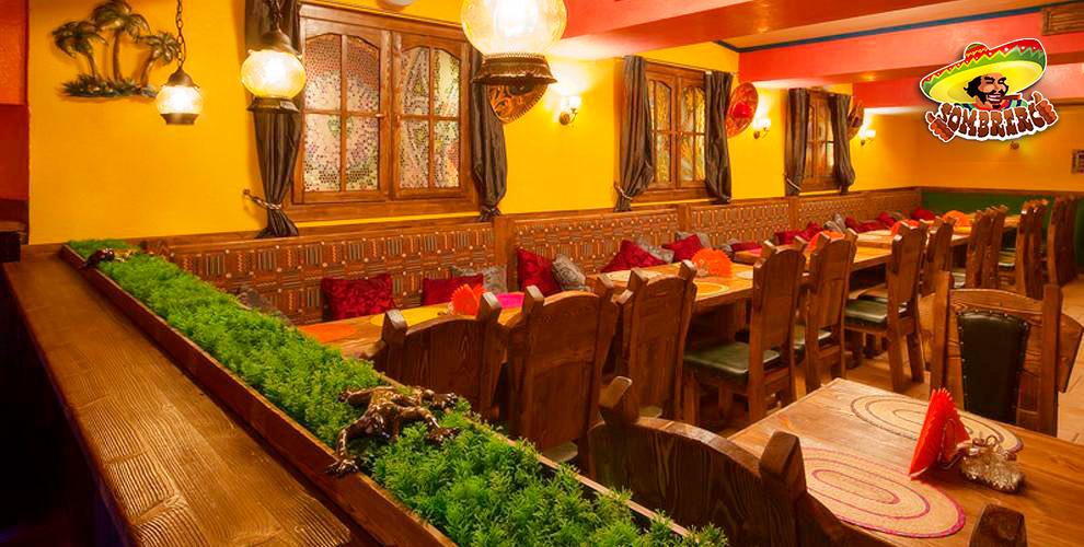 Куриные крылышки, стейк свиной, гарниры в ресторане мексиканской кухни Sombrero