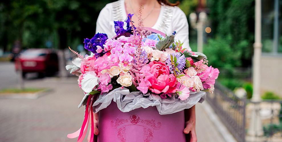 Композиции из цветов в шляпных коробках и букеты в салоне «Арабеска»