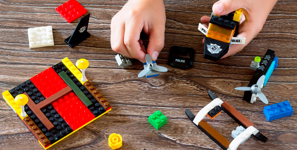 Занятия полегоконструированию ипроведение днярождения вцентре «Лего»
