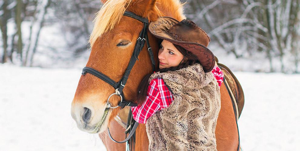 Верховая прогулка для одного, двух или четырех человек в конном клубе Horse Travel