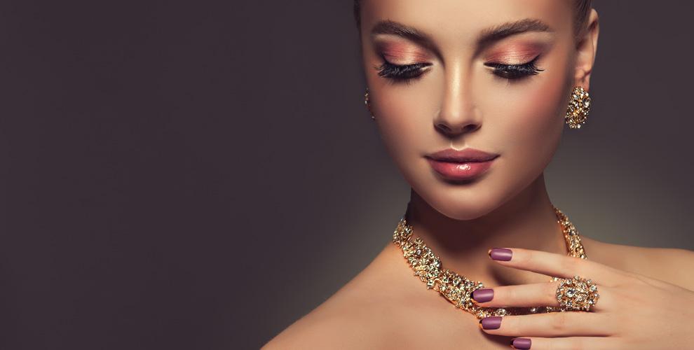 Украшения из золота со вставками бриллиантовой группы в ювелирном магазине «Алмаз»