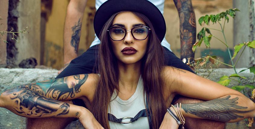 Нанесение татуировки, перманентный макияж век или бровей в студии татуировки Black Note