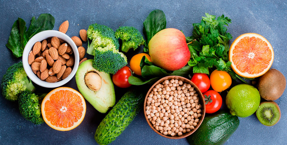 Ассортимент фруктов, овощей, орехов исухофруктов вмагазине «Дачник»