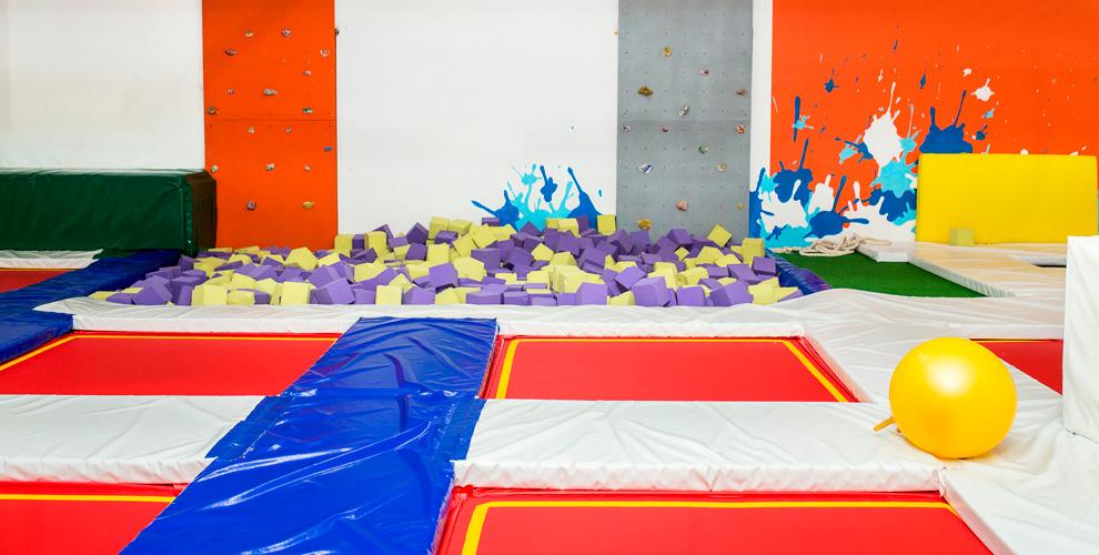 Свободная тренировка на батуте в школе акробатической подготовки «Ангар-18»