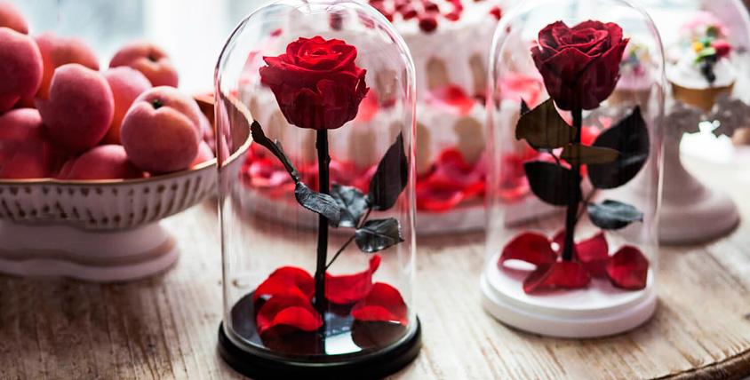 Стабилизированная роза в колбе и букет из клубники от магазина подарков «Чудо»