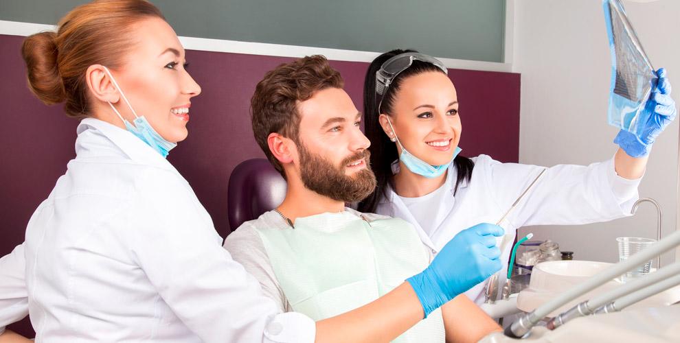 Осмотр врача, лечение кариеса, гигиена полости рта в стоматологии Smile