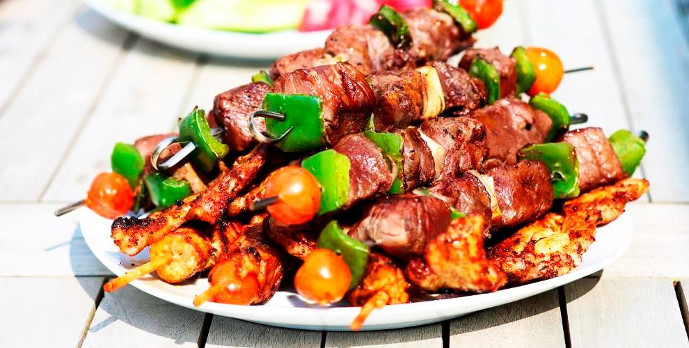 Шашлык, шаурма, свежие овощи в кафе «Хоровац»
