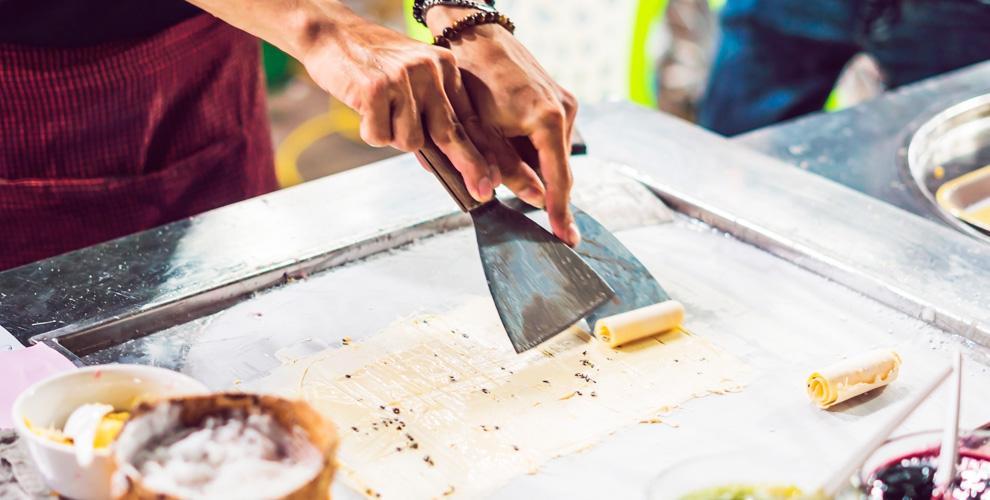 Приготовление жареного мороженого намероприятие откомпании Isweet rolls