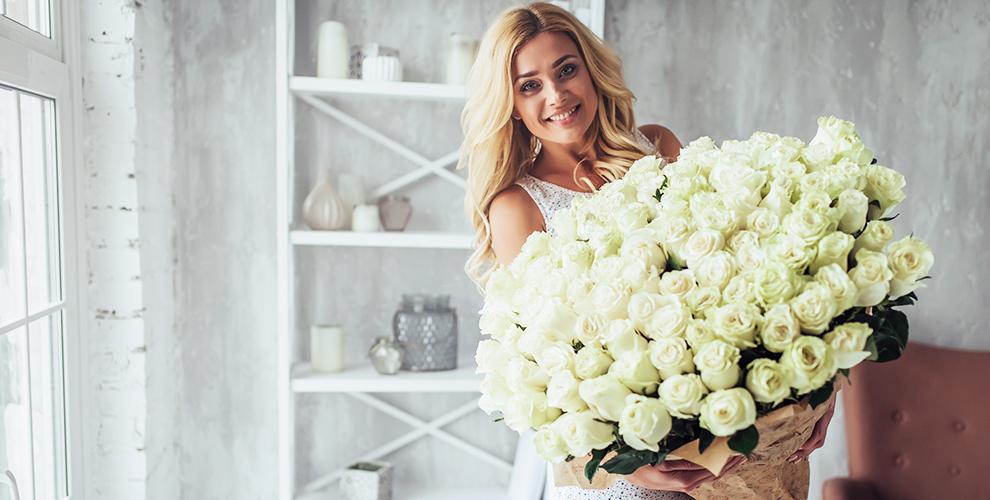 Радужные исиние розы, букеты изхризантем иирисов откомпании Flowers Butik