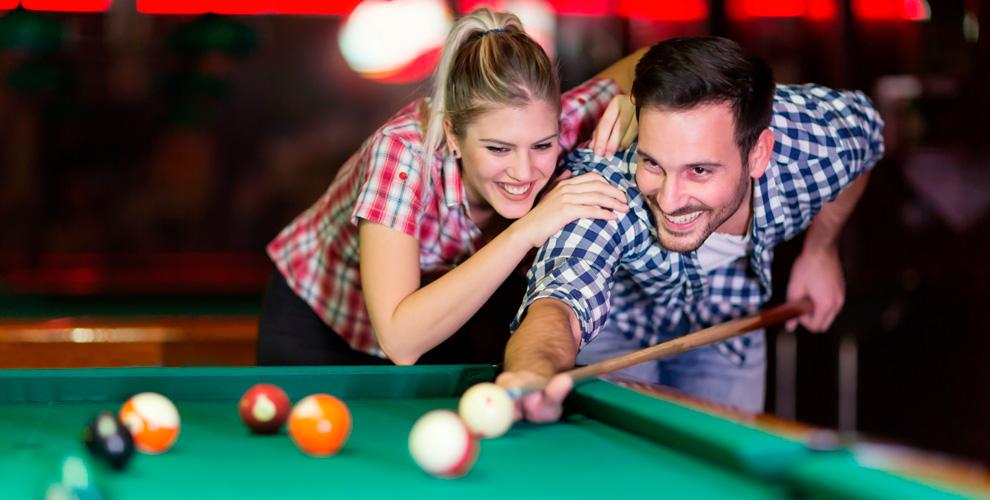 Игры в американский пул и русский бильярд в баре «Манул бар»