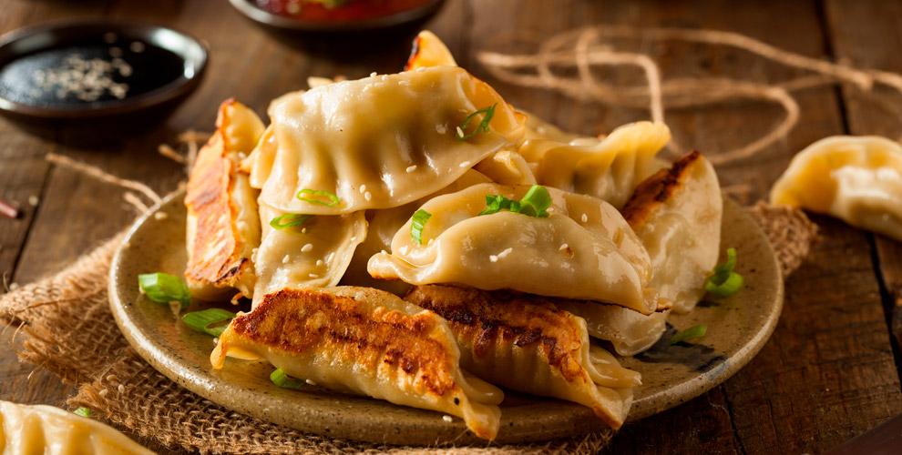 Китайские пельмени, лепешки, тайваньский салат ичайвчайной «Молочай»