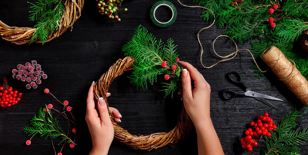 «Палитра»: мастер-класс «Рождественский венок», занятия поживописи икурсы