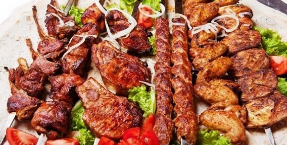 """Шашлык, приготовленный на открытом огне, маринованное мясо, лаваш, соусы и сок от ресторана доставки шашлыков """"У Ара Джана"""""""
