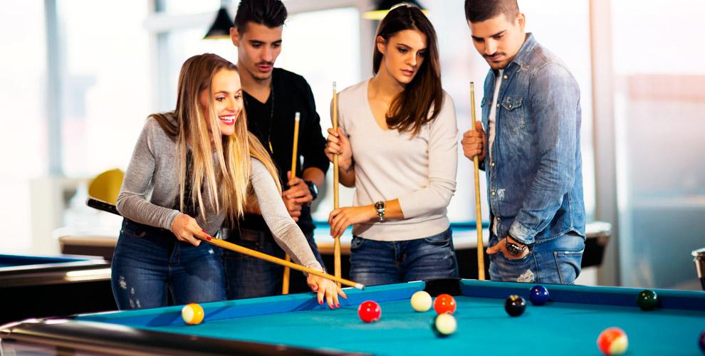 Игра в русский бильярд и американский пул в клубе Croisée