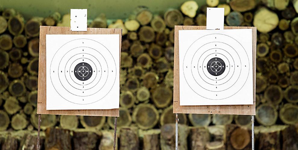 Выстрелы из пневматического оружия и метание ножей в клубе «Золотая пуля»