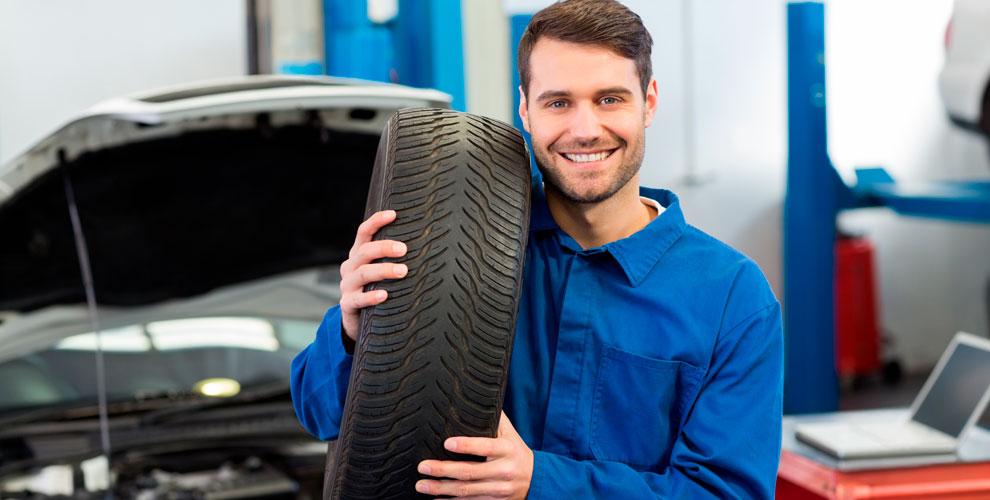 Шиномонтаж колес автомобиля в мастерской Tiremaster
