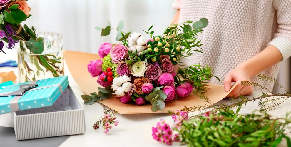 Розы, лилии, альстромерии ибукеты отфлористической мастерской HotFlowers