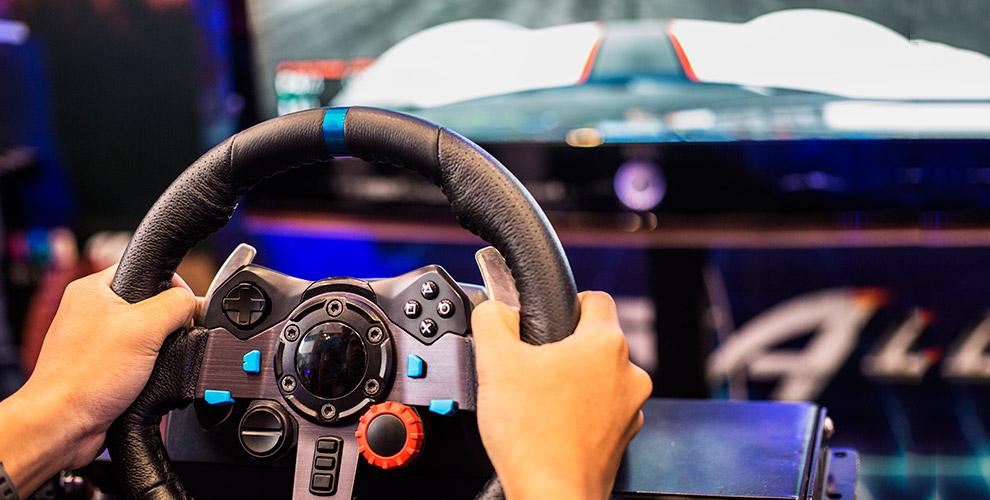 Экстремальные заезды на автосимуляторе в центре аттракционов Auto Sim
