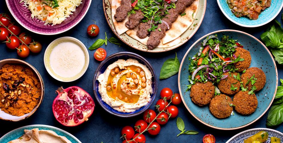 Салат «Королевский», паста карбонара изакуски вкафе ливанской кухни «Бейрут»